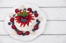 Beza Pavlova z mascarpone i owocami: przepis na kultowy deser