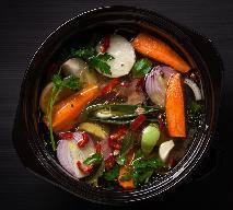 Wegański rosół: rozgrzewający bulion warzywny - świetna baza do zup