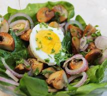 Sałatka z sardynek z jajkiem i pieczarkami