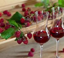Mocne wino malinowe [PRZEPIS]: jak długo się robi, ile cukru wsypać?
