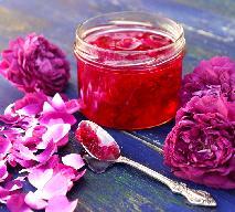 Płatki dzikiej róży w cukrze - jak zrobić? Prosty przepis na kwiatowy rarytas