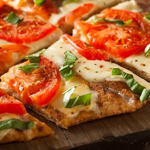 Pizza bezglutenowa: jak zrobić ciasto? Prosty przepis