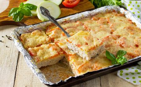 Zapiekany ryż z mięsem mielonym, cukinią, pomidorami i serem