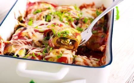 Roladki z cukinii nadziewane szpinakiem zapieczone z sosem pomidorowym