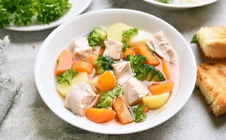 Sycąca zupa brokułowa z kurczakiem