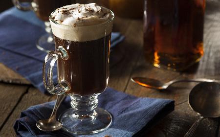 Kawa po irlandzku: jak zrobić pyszną irish coffee w domu?