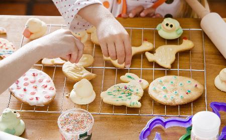Kruche ciasteczka na Boże Narodzenie: przepisy na ciasteczka do schrupania i na choinkę [WIDEO]