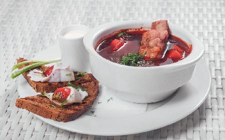 Rozgrzewający barszcz czerwony na żeberkach: przepis na sycącą i niebanalną zupę