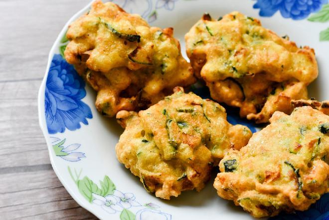 Siekane kotlety z piersi kurczaka i cukinii: przepis na tanie i soczyste danie obiadowe