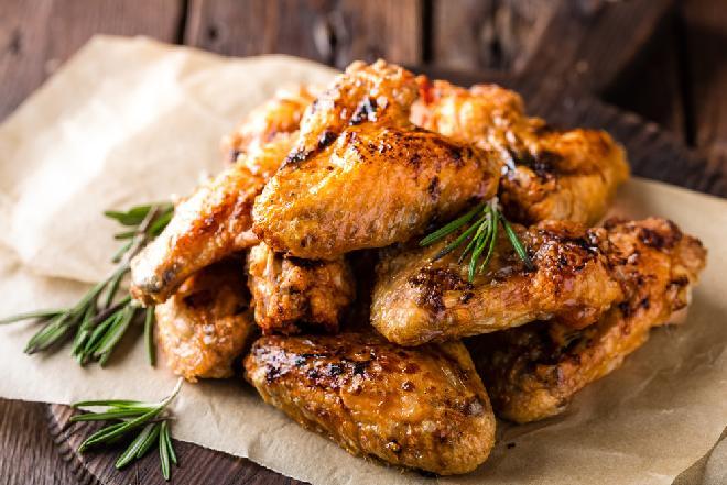 Doskonałe skrzydełka kurczaka pieczone w przyprawie curry