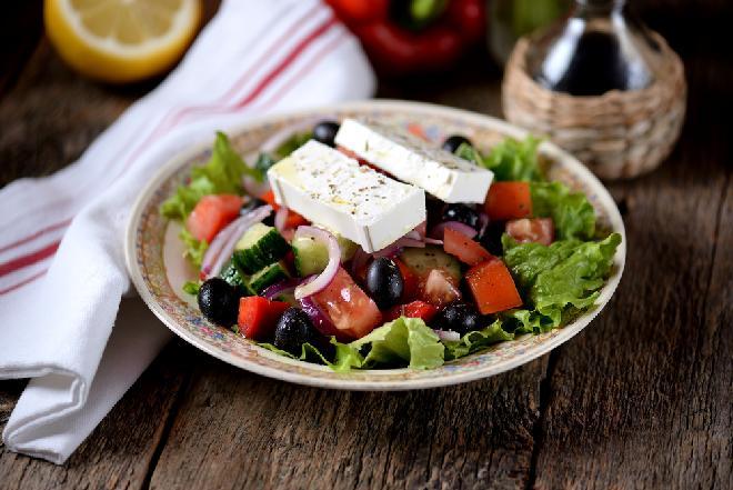 Klasyczna sałatka grecka: jak zrobić i serwować? [przepis]