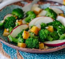 Smaczna sałatka z brokułów i jablek z dynią