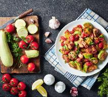 Mięso z udek kurczaka duszone z kabaczkiem w pomidorach: sycący gulasz na zdrowie