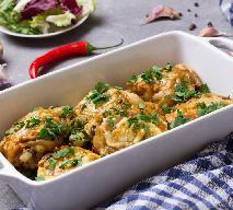 Soczyste udka marynowane w kwasie z ogórków i zapiekane pod śmietaną: łatwy przepis na kurczaka