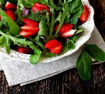 Sałatka z truskawkami i szpinakiem: przepis na lekką przekąskę
