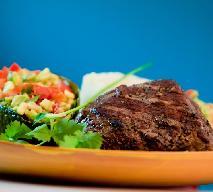 Stek z polędwicy wołowej, salsa z awokado i puree selerowe