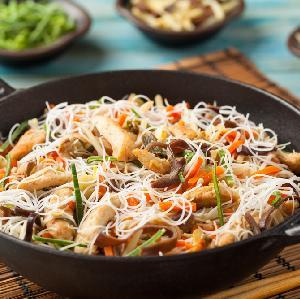 Aromatyczny makaron ryżowy z kurczakiem - pożywny i kolorowy