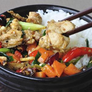 Ryż po chińsku smażony z kurczakiem i warzywami - pomysł na szybki obiad