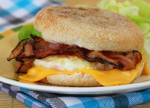 Domowy McMuffin z jajkiem i bekonem: przepis na ciepłą kanapkę śniadaniową