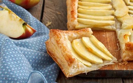 Placek jabłkowy w cieście francuskim - jak zrobić? Prosty przepis