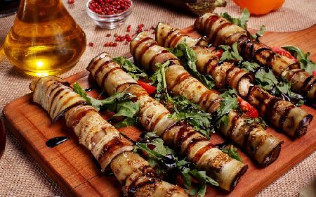 Roladki z bakłażana i cukinii z pikantnym puree paprykowym - pyszna przekąska z grillowanych warzyw