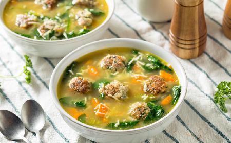 Włoska zupa weselna z klopsikami drobiowymi i szpinakiem