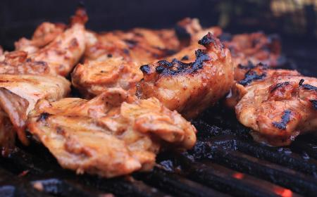 Soczyste steki z mięsa z udek kurczaka: przepis z grilla lub piekarnika