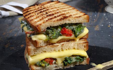 Tosty ze szpinakiem i wegańskim zamiennikiem sera