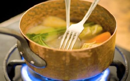 Bulion warzywny z lanymi kluskami: przepis na zdrową zupę idealną na zimę