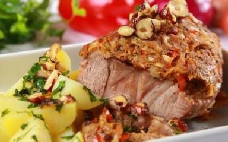 Karkówka na obiad pieczona w orzechowej panierce: przepis na pieczony schab karkowy [WIDEO]