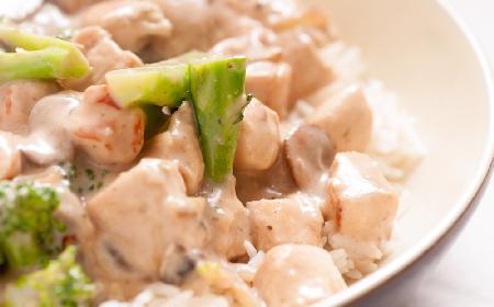 Zapiekanka z kurczakiem z brokułami: przepis na pyszne i dietetyczne danie główne