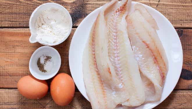 Ryba smażona w cieście naleśnikowym: przepis krok po kroku