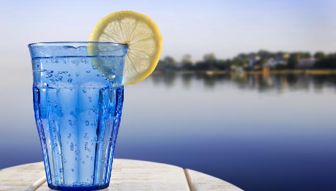 Woda gazowana w niebieskiej szklance
