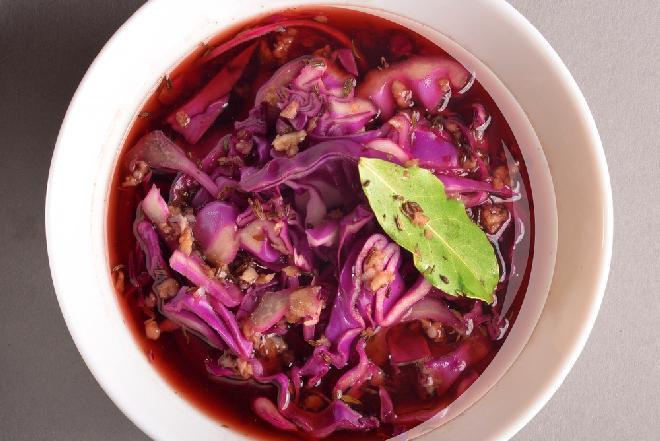 Pożywna zupa z czerwonej kapusty z wołowiną