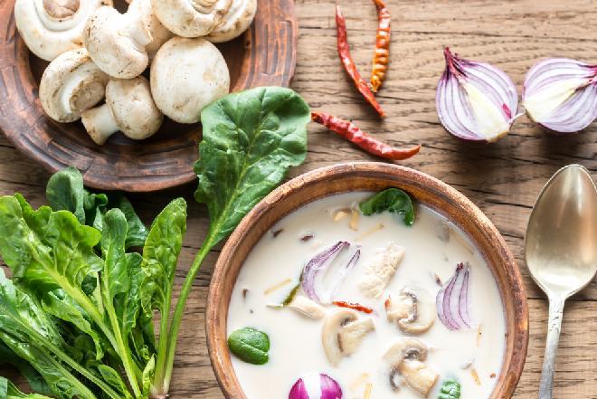 Zupa tajska z mlekiem kokosowym i curry: pikantna, sycąca i rozgrzewająca