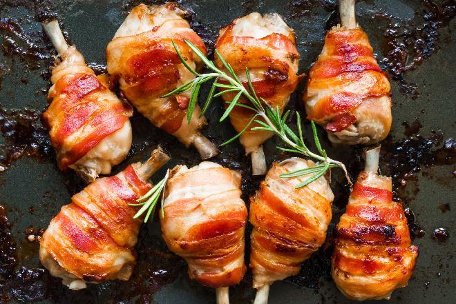 Pałki kurczaka pieczone w boczku: przepis na nóżki kurczaka