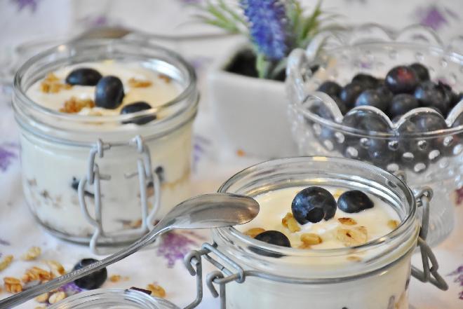 Jak zrobić jogurt? Domowe sposoby [WIDEO]